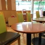 カフェ・ベローチェ - テーブル席