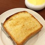 ビストロ・エピ - ここはパンが食べ放題。おいしいです。数量限定でパンだけでも売ってるみたいです。