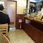 ドトールコーヒーショップ - テーブル席には目の前に仕切りガラスが!