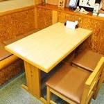かね正 - テーブル席