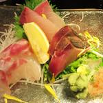 博多 弁天堂 - 刺身の盛り合わせ2人分。                             タイ・カンパチ・カツオ。                             さすが海鮮居酒屋だけに美味しいです。