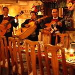 フォンダ・デ・ラ・マドゥルガーダ - 本場の音楽を奏でながら店内を回り美しい歌声を披露します。