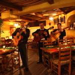 フォンダ・デ・ラ・マドゥルガーダ - メキシコの3人組楽団「マリアッチ」