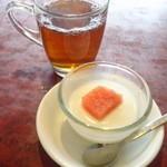 ほんわ華や - 杏仁豆腐と烏龍茶。