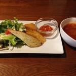 つつじ亭 - 大きなメンチカツのランチ、サラダ、前菜、スープ