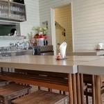 サントクカレー - 白を基調にしたカフェのような内観