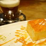 SUZU CAFE - 焦がしキャラメルのチーズケーキ (550円)、ウィンナーコーヒー (600円)