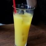 カフェアンドバーアール - オレンジジュースと息子のデコルテ
