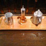 カフェ・ハイチ - 食後のコーヒーについてくるブランデーやミルクなど