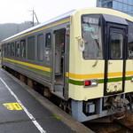 38098326 - 一両編成のディーゼルカー(出雲三成駅にて)