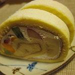 パティスリー・キハチ - フルーツロールケーキ切ったところ