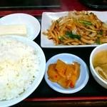 紅郷 - 玉葱豚肉ニラ炒め定食680円
