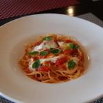 イタリアンガーヴィ - トマトとモッツァレラチーズのパスタ