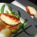 ミュゼ オオサカ - 彩り豊かな本日のメイン(魚)、ブリオッシュ風のパンとオリーブオイル