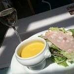 ミュゼ オオサカ - ランチセットのプチ白ワイン、南瓜の温スープ、モルタデッラとフレッシュマッシュルームのサラダ