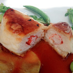 ミュゼ オオサカ - パイの中には赤海老とほぐした蟹の身、魚介の旨味が凝縮されたソースと春野菜が合う!