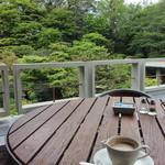 ザ・ガーデン - テラス席でコーヒーを。