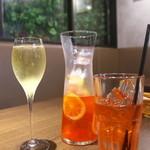 听屋 - スパークリングワインとピンクレモネード