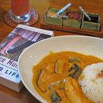 CAFE NADI - チキンと野菜のココナッツカレー。むこうの赤いのは危険な調味料。