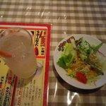 パスタの王様 - 料理写真:サラダとドリンクです。(柚子みつソーダ)
