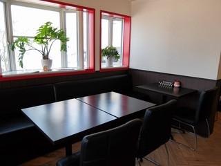 ジローラモ - 店内(入ったところのテーブル)