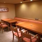 38181625 - 玄関の竹をあしらった引き戸と開き戸を開けると、4人掛けのテーブルが2卓。壁には有名な和尚の書。 [2015/05 夜]