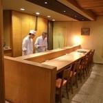 38181825 - 奥に進むと広々としたカウンター5席。奥が厨房です。 [2015/05 夜]