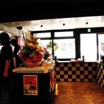 滋賀石山TOMOにぼ次朗 - 店内はコの字型のカウンターのみ