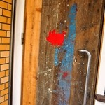 まんねんカレー - お店の扉の「豚」のマークが可愛い