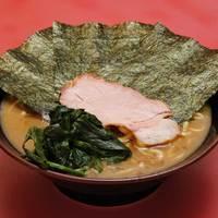 王道家 - ラーメン:650円。パンチのきいた切れのあるスープにもちもちの麺が絶妙に絡み合う。家系の王道の味。