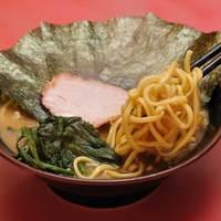 王道家 - 自家製の太麺は家系の濃厚スープと相性抜群です。