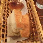 38202878 - チーズの丸パンとフォカッチャ
