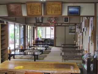 三たてそば 長畑庵 - 入口傍のテーブル席から、奥の座敷席をパチリ。