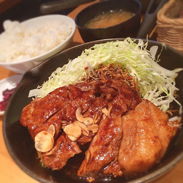 東京トンテキ 渋谷店 - 本日のランチ&ディナー☆  打ち合わせの時に専務に勧められた東京トンテキにやってきました( ´ ▽ ` )ノ  大トンテキ定食(300g)☆  グローブ状に切られて焼かれたトンテキはとても肉厚で食感満点!!思いのほかさっぱりしたお肉と秘伝のタレは箸が止まらない、タレを絡めたキャベツだけでもごはんを完食してしまう勢い( ´ ▽ ` )ノ次は500gを食べよう!!