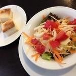 マッジョーレ - パスタランチ980円税込のサラダとパン