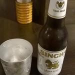 38215450 - シンハービール。グラスが雰囲気出ています。