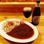 JUNAYNA - スパイシーチキンカリーと黒ビール