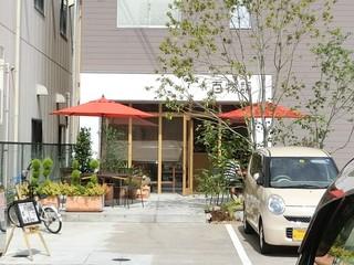 百物語珈琲 - オープンカフェも気持ち良さそう♪ 店前に数台分の駐車スペース。