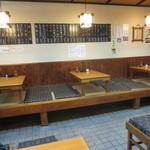 恵比須屋 - テーブル席と小上がり座敷があります。