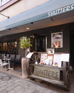 SHUTTERS - ※小学生未満のお子様の入店はお断りしております。