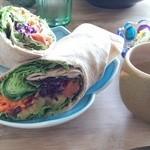 バレアリック飲食店 - ハワイアンブリトーとレンズマメのサラダ