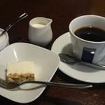 ビストロ ア ヴァン オー ルージュ - プチデザートのレアチーズケーキ、コーヒー付きで千円