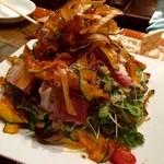 38240189 - はじめは四人分とは思えないほどの量のサラダ!                       野菜チップやトマト、ハムも入っていて食感の面でも飽きさせない美味しさ。