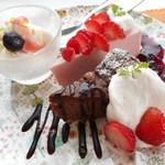 3rd フロア - バニラアイス、いちごのレアチーズケーキ、ガトーショコラ