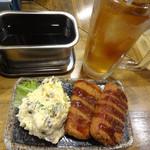 くし家串猿 - ハムカツとポテトサラダのセット、ウーロンハイです。