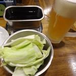 くし家串猿 - お通しのキャベツと生ビールです。
