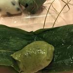 京あづま - 笹餅はしっとり味。 しかし、味は豆大福の勝ちですね。