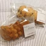 cona菓子店 - クッキー2種類 ◯チョコとココナッツ ◯ハニージンジャー バター不使用なので、かための生地だけど、素朴な味わいで好きです(*´∇`*)