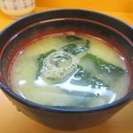 天ぷら だるま - 定食の味噌汁はワカメと豆腐のお味噌汁でした。