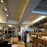 Cheval Cafe - 開放的でおしゃれな店内